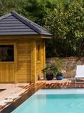 pool house de jardin avec panneaux solaire en bord de piscine